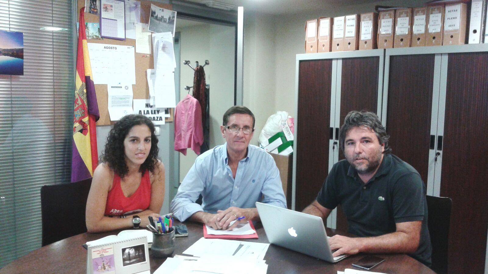 Foto de concejales de Izquierda Unida con Luis Babiano, gerente de AEOPAS